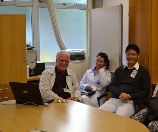 """O Prof. Dr. Luiz Jorge Fagundes, Coordenador Científico do CEADS e os Residentes Estagiários de DST de junho de 2015, durante a apresentação da Palestra: """"Infecção pelo HPV""""."""