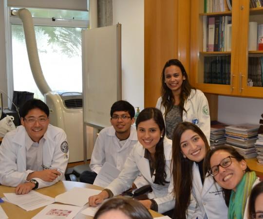 A Biomédica Fatima Morais, Colaboradora do CEADS e Responsável pelo Laboratório de DST e os Residentes Estagiários de DST de junho de 2015, durante as realização das Provas Finais Teórica e Prática de DST.