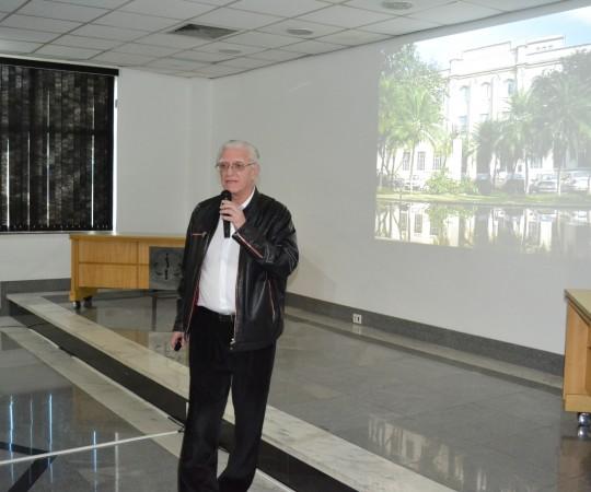 """O Prof. Dr. Luiz Jorge Fagundes, Coordenador Científico do CEADS, durante sua Palestra sobre """"Doenças Sexualmente Transmissíveis na Infância"""", na sede da APM de Guarulhos."""