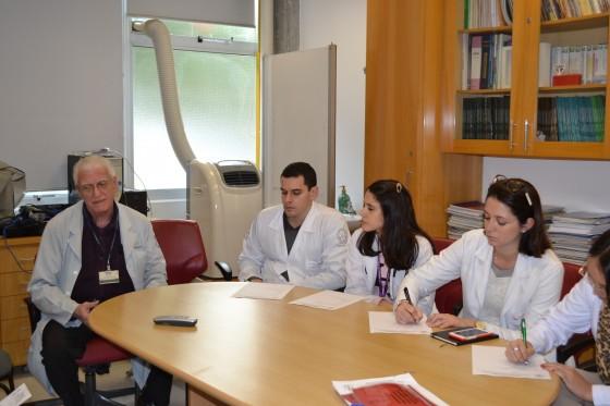 O Prof. Dr. Luiz Jorge Fagundes, Coordenador Científico do CEADS e os Residentes Estagiários de DST de julho de 2015, durante a Aula Inaugural do Estágio e a realização das Provas Teórica e Prática sobre DST.