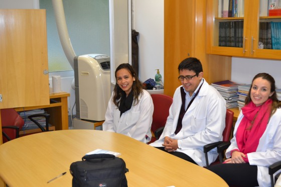 A Biomédica Fátima Morais, Colaboradora do CEADS e os Residentes Estagiários de DST de julho de 2015, durante o Cadastramento na Lista de Discussão.