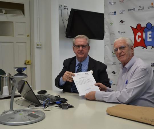 O Prof. Mande lbaum, Coordenador do 46 Fórum de Debates,de posse do Certificado de Participação no Evento,entregue pelo Prof. Dr. Luiz Jorge Fagundes, Coordenador Científico do CEADS e Organizador do Fórum.