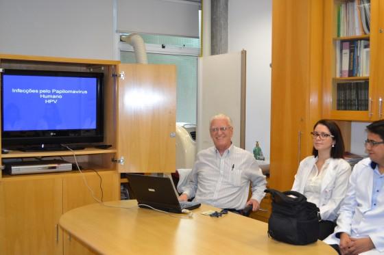 """O Prof. Dr. Luiz Jorge Fagundes, Coordenador Científico do CEADS e os Residentes Estagiários de julho de 2015, durante a apresentação da Palestra sobre """"Infecção pelo HPV""""."""