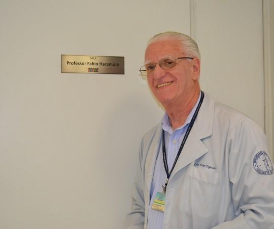 O Prof. Dr. Luiz Jorge Fagundes, Coordenador Científico do CEADS, junto à Sala Professor Fabio Haramura.