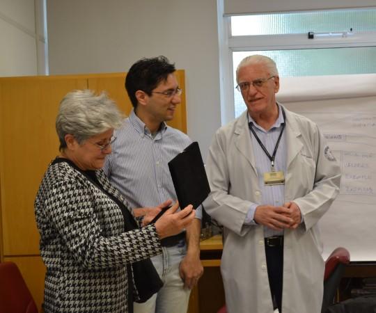 A Sra. Maria do Carmo Haramura , o Filho Gustavo Haramura e o Prof. Dr. Luiz Jorge Fagundes, no momento da entrega da placa em homenagem ao Prof. Fabio Haramura.