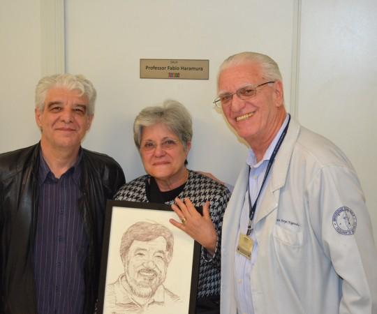 O Artista Plástico Franco de Rosa, a Sra. Maria do Carmo Haramura e o Prof. Dr. Luiz Jorge Fagundes, com o quadro em homenagem ao Prof. Fabio Haramura.