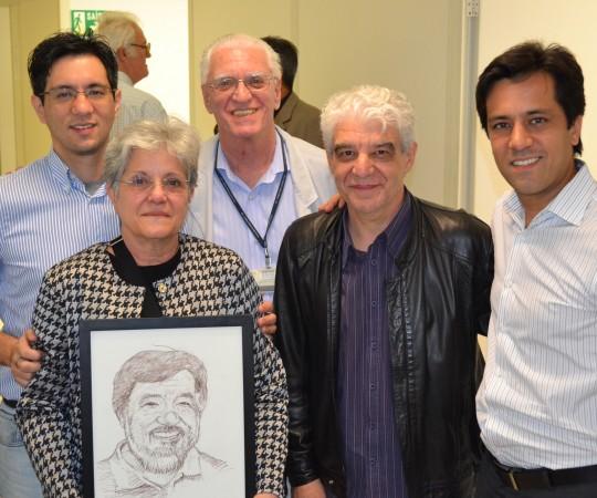 A Sra. Maria do Carmo , os Filhos Renato e Gustavo Haramura, o Artista Plástico Franco de Rosa e o Prof. Dr. Luiz Jorge Fagundes, com o quadro em homenagem ao Prof. Fabio Haramura.