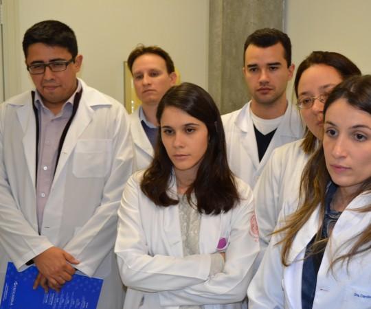 Os Residentes Estagiários de DST de julho de 2015, durante a apresentação do acervo de lâminas contendo os principais aentes etiológicos das DST