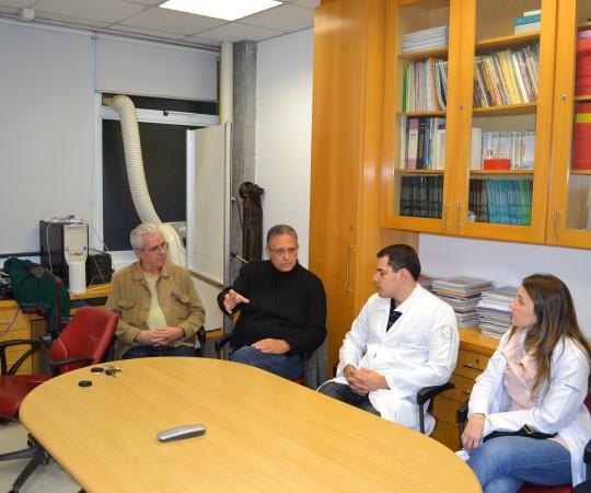 """O Prof. Liber Matteucci, Colaborador do CEADS em Lisboa, Portugal, o Prof. Wesley Wey Jr, Coordenador de Gestão do CEADS e os Residentes Estagiários de DST de julho de 2015,durante a Aula Inaugural sobre """"Fundamentos da Gestão""""."""
