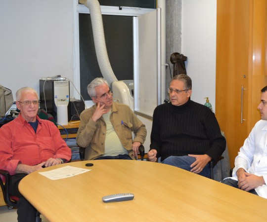 """O Prof. Dr. Luiz Jorge Fagundes, Coordenador Científico do CEADS, o Prof. Liber Matteucci , o Prof. Wesley Wey Jr e os Residentes Estagiários de DST de julho de 2015, durante a Aula Inaugural sobre """"Fundamentos da Gestão""""."""