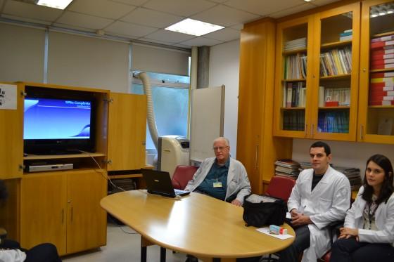 """O Prof. Dr. Luiz Jorge Fagundes, Coordenador Científico do CEADS e os Residentes Estagiários de DST de julho de 2015, durante a apresentação da Palestra sobre """"A Situação Atual da Sífilis Congênita no Brasil."""