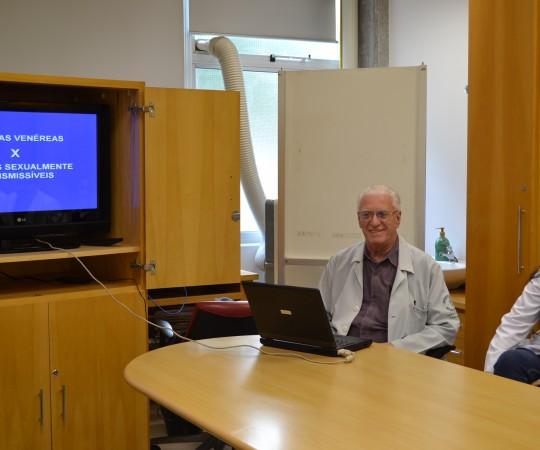 """O Prof. Dr. Luiz Jorge Fagundes, Coordenador Científico do CEADS e os Residentes de DST de julho de 2015, durante a Palestra sobre """"As Principais Diferenças entre DST e Doenças Venéreas""""."""