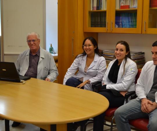 Os Residentes Estagiários de DST de julho de 2015 e o Prof. Dr. Luiz Jorge fagundes, Coordenador Científico do CEADS, durante a Palestra sobre DST.