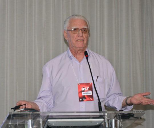 """O Prof. Dr. Luiz Jorge Fagundes, Coordenador Científico do CEADS, durante a apresentação da Palestra sobre """"Sífilis Congênita"""" no Curso de Atualização em DST da Sociedade Brasileira de Dermatologia ( Colaboradora do CEADS)."""