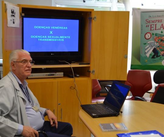 """O Prof. Dr. Luiz Jorge Fagundes, Coordenador Científico do CEADS, durante a Palestra sobre """"As Principais Diferenças entre Doenças Sexualmente Transmissíveis e Doenças Venéreas"""", dirigida aos Residentes Estagiários de agosto de 2015."""