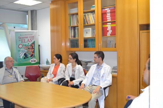 O Prof. Dr. Luiz Jorge Fagundes, Coordenador Científico do CEADS e os Residentes Estagiários de DST de agosto de 2015, durante a apresentação da Lista de Discussão com assuntos referentes às Doenças Sexualmente Transmissíveis.