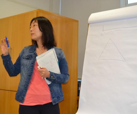 """A Profa. Silvia Quiota, Economista,Colaboradora do CEADS, durante sua apresentação no Curso sobre """"Fundamentos da Gestão""""."""