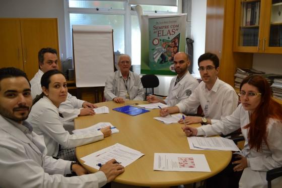 O Prof. Dr. Luiz Jorge Fagundes, Coordenador Científico do CEADS e os Residentes Estagiários de agosto de 2015, durante a realização das provas Inaugurais Teórica e Prática sobre assuntos relacionados às DST.