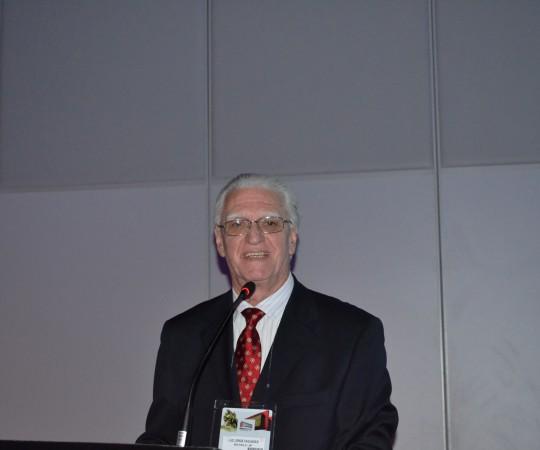 """O Prof. Dr. Luiz Jorge Fagundes, Coordenador Científico do CEADS, durante sua Palestra na Sessão """"AIDS & DST: Tendências Atuais"""", abordando o tema: """"Sífilis em Pacientes com Infecção pelo HIV, Diagnóstico e Conduta"""", realizada no 70 Congresso Brasileiro de Dermatologia."""
