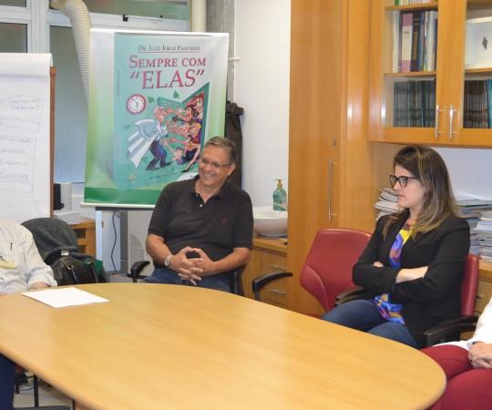 """Os Residentes Estagiários de DST de setembro de 2015, o Prof. Dr. Luiz Jorge Fagundes, Coordenador Científico do CEADS e o Prof. Wesley Wey Jr., Coordenador de Gestão do CEADS, durante a Palestra sobre """"Consequências de uma Gestão Despreparada"""", dentro do Curso sobre """"Fundamentos da Gestão"""", Coordenado pelo Grupo de Gestores do CEADS."""