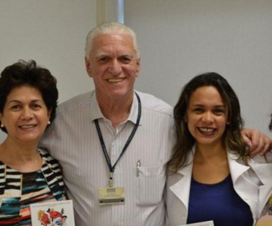A Profa. Maria José Silveira do Laboratório Controlbio, o Prof. Dr. Luiz Jorge Fagundes, Coordenador Científico do CEADS, a Biomédica Fátima Morais, Respnsável pelo Laboratório de DST e a Enfermeira Natalina Lima,Responsável pela Pós Consulta de DST, no momento da entrega dos reativos à Dermatologia Sanitária.