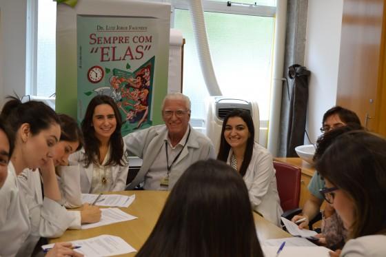 O Prof. Dr. Luiz Jorge Fagundes e os Residentes Estagiários de DST de setembro de 2015, durante a realização das Provas Teórica e Prática sobre assuntos alusivos às Doenças Sexualmente Transmissíveis.