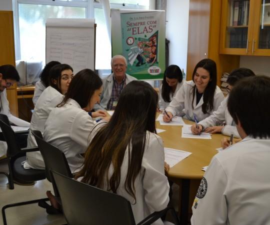 Os Residentes Estagiários de DST de setembro de 2015 e o Prof. Dr. Luiz Jorge Fagundes, na sala Prof. Fabio Haramura da Dermatologia Sanitária, durante a realização das Provas Teórica e Prática de DST