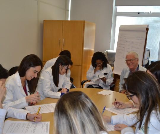 O Prof. Dr. Luiz Jorge Fagundes e os Residentes Estagiários de DST de setembro de 2015, durante as realização das provas Teórica e Prática com assuntos alusivos às DST.