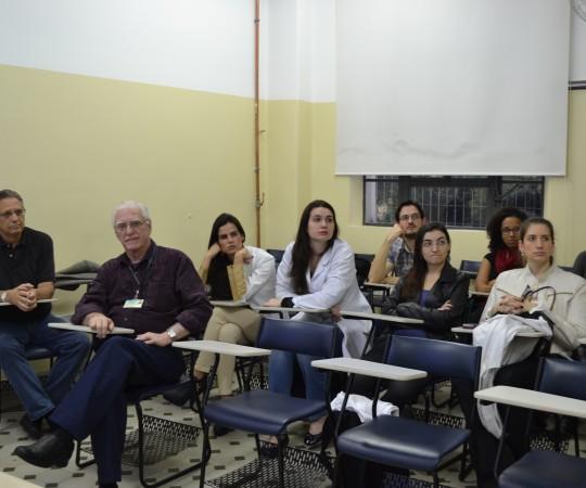"""O Prof. Wesley Wey Jr, Coordenador de Gestão do CEADS, o Prof. Dr. Luiz Jorge Fagundes, Coordenador Científico do CEADS e os Residentes de DST de setembro de 2015, durante o Curso sobre """"Fundamentos da Gestão""""."""