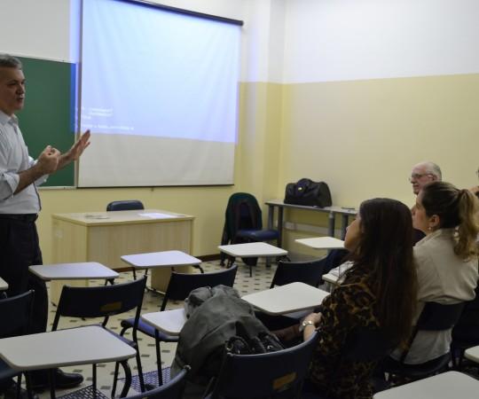 """O Prof. Lucas Blanco, Membro do Conselho Fiscal do CEADS, os Professores Dr. Luiz Jorge Fagundes,Coordenador Científico do CEADS , o Prof. Wesley Wey Jr, Coordenador de Gestão do CEADS e os Residentes Estagiários de DST de setembro de 2015, durante a apresentação da Palestra """"Negociação e Persuasão, proferida pelo Prof. Lucas Blanco."""