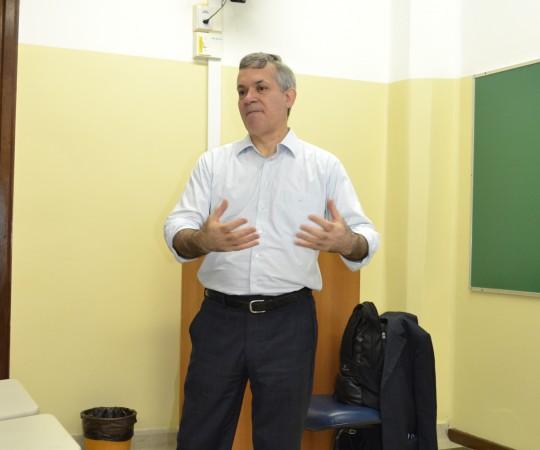 """O Prof. Lucas Blanco, Engenheiro e Membro do Conselho Fiscal do CEADS, durante a apresentação de sua Palestra: """"Negociação e Persuasão"""", para os Residentes estagiários de DST de setembro de 2015."""