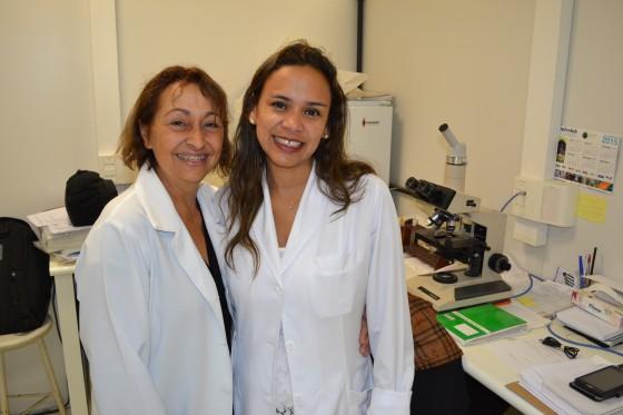A Enfermeira Natalina Lima, Colaboradora do CEADS e Responsável pela Pré e Pós Consulta de DST e a Biomédica Fatima Morais, responsável pelo Laboratório de DST, durante a execução do Relatório sobre as atividades dos Residentes Estagiários de DST de setembro de 2015.