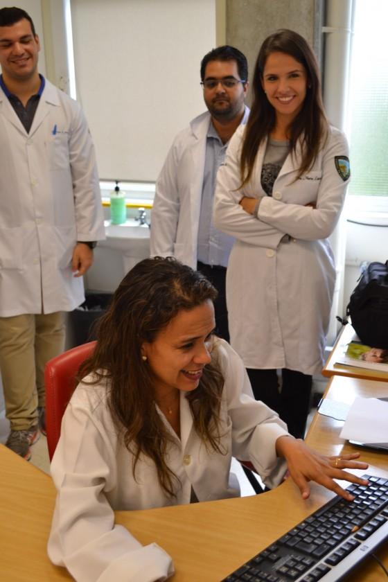 A Biomédica Fatima Morais, Colaboradora do CEADS e Responsável pelo Laboratório de DST e os Estagiários de DST de outubro de 2015, durante o cadastramento dos Residentes na lista de discussão, com assuntos relacionados às Doenças Sexualmente Transmissíveis.