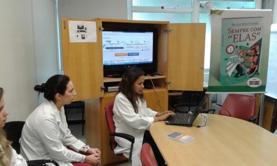 A Biomédica Fatima de Morais,Colaboradora do CEADS e Responsável pelo Laboratório de DST e os Residentes Estagiários de 2015, durante o processo de cadastramento dos estagiários no site do CEADS.