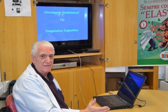 """O Prof. Dr. Luiz Jorge Fagundes, Coordenador Científico do CEADS,durante a Palestra sobre """"As Diferenças entre Diagnóstico Clínico e Laboratorial e Abordagem Sindrômica das DST, dirigida aos Residentes Estagiários de DST de outubro de 2015."""