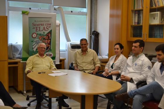 """O Prof. Dr. Luiz Jorge Fagundes, Coordenador Científico do CEADS, O Prof. Wesley Wey Jr, Coordenador de Gestão do CEADS e os Residentes Estagiários de DST de outubro de 2015, durante a Palestra sobre """"Fundamentos da Gestão""""."""
