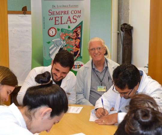 O Prof. Dr. Luiz Jorge Fagundes, Coordenador Científico do CEADS e os Residentes Estagiáros de DST de outubro de 2015, durante a realização das provas finais, teórica e prática de DST.