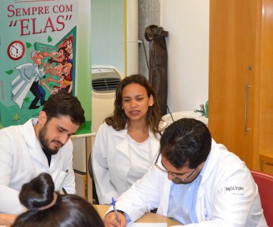 A Biomédica Fatima Morais, Colaboradora do CEADS e os Residentes de outubro de 2015, durante a realização das provas finais teórica e prática de DST.