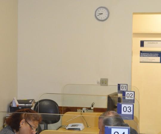 A Sra. Maria de Lourdes Silva, Secretária do CEADS e voluntária da Campanha, fazendo o primeiro atendimento da Campanha, antes das 9:00 horas(início oficial da Campanha), como sempre é feito na Beneficência Portuguesa.