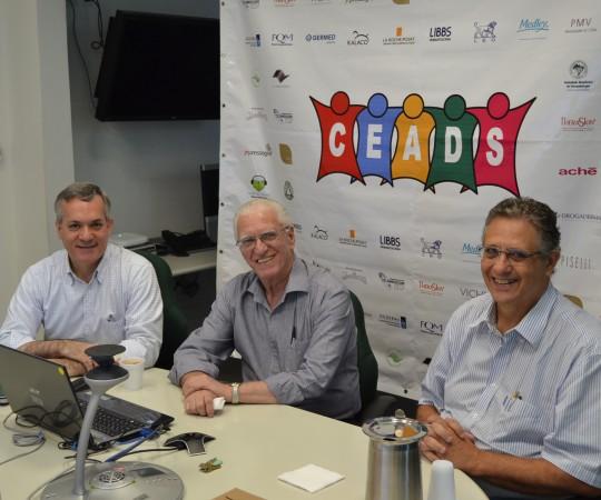 O Prof. Lucas Blanco, Membro do Conselho Fiscal do CEADS, O Prof. Dr. Luiz Jorge Fagundes, Coordenador Científico do CEADS e o Prof. Wesley Wey Jr, Coordenador de Gestão do CEADS, durante o 50 Fórum de Debates.