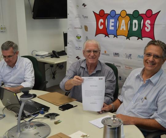 O Prof. Wesley Wey Jr, Coordenador de Gestão do CEADS, no momento em que recebeu seu Certificado de Palestrante do Fórum de Debates, O Prof. Dr. Luiz Jorge Fagundes, Coordenador Científico do CEADS e o Prof. Lucas Blanco, Membro do Conselho Fiscal do CEADS.