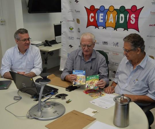 O Prof. Lucas Blanco, Membro do Conselho Fiscal do CEADS , O Prof. Dr. Luiz Jorge Fagundes, Coordeandor Científico do CEADS e o Prof. Wesley Wey Jr, no momento em que foram distribuidos os exemplares em forma de Histórias em Quadrinhos com temas de Dermatologia Sanitária, como a Hanseníase, o Câncer da Pele, as DST e as Dermatose Ocupacionais.