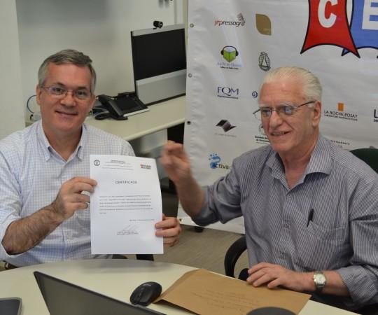 O Prof. Lucas Blanco, de posse de seu Certificado de Palestrante do 50 Fórum de Debates do CEADS e o Prof. Dr. Luiz Jorge Fagundes, Coordenador Científico do CEADS e Responsável pelo Fórum de Debates