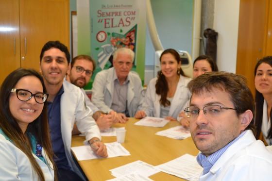 O Prof. Dr. Luiz Jorge Fagundes, Coordenador Científico do CEADS e os Residentes Estagiários de novembro de 2015, durante a realização das Provas Teórica e Prática de DST.