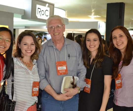 O Prof. Dr. Luiz Jorge Fagundes, Coordenador Científico do CEADS e as Residentes Ex Estagiárias de DST do HC FMUSP, durante a 20 RADESP.
