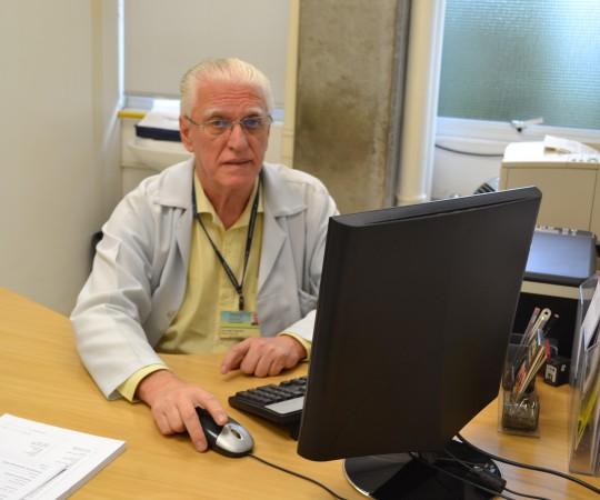 O Prof. Dr. Luiz Jorge Fagundes, Coordenador Científico do CEADS, no momento da montagem da Lista de Discussão de DST para os Estagiários de 2016.