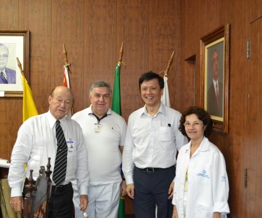 O Prof. Dr. Nelson Teixeira, Magnífico Reitor da UNILUS, O Prof. Dr. Mauro Dinato, Diretor da Faculdade de Medicina da UNILUS, O Prof. Dr. Chao Lung Wen, Responsável pela Disciplina de Telemedicina da USP e a Prof. Dra. Sandra Dinato, Responsável pela Dermatologia da UNILUS, durante a Cerimônia de Assinatura do Acordo de Cooperação Científica entre as Unidades da USP e UNILUS, na Área de Dermatologia Sanitária, com om apoio do CEADS.