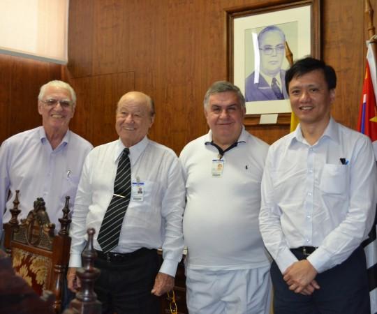 O Prof. Dr. Luiz Jorge fagundes, Coordenador Científico do CEADS, O Magnífico Reitor da UNILUS o Prof. Dr. Nelson Teixeira, O Prof. Dr. Mauro Dinato, Diretor da Faculdade de Medicina de Santos e o Prof. Dr. Chao Lung Wen, Responsável pela Disciplina de Telemedicina da USP, durante a Reunião para o fechamento do acordo de Cooperação Científica entre a USP e a UNILUS, com o apoio do CEADS.