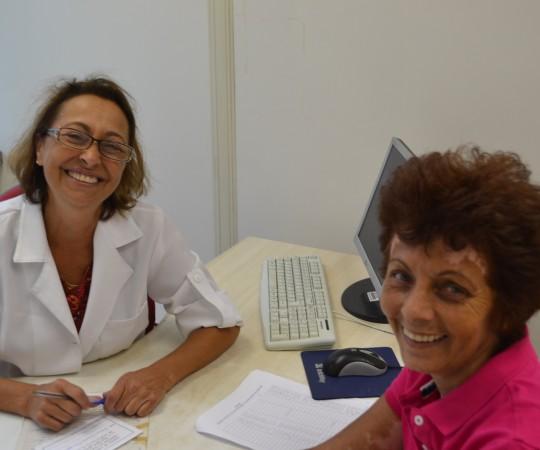 A Enfermeira Natalina Lima, em pleno atendimento dos pacientes que ainda procuram o setor de Dermatologia Sanitária em busca de consulta e orientações. Nota 1: os portadores de Hanseníase e os casos de pacientes em geral e de grávidas portadores de HPV, HIV, Sífilis, Hepatite B e/ou C, continuam sendo atendidos no setor de Dermatologia Sanitária. Só não estão sendo realizados os exames de bacterioscopia, que giram em torno de cerca de 75% dos casos atendidos. Nota 2: a foto da paciente foi autorizada,por escrito, pela mesma, como uma forma de nos ajudar a reabrir nossas atividades.