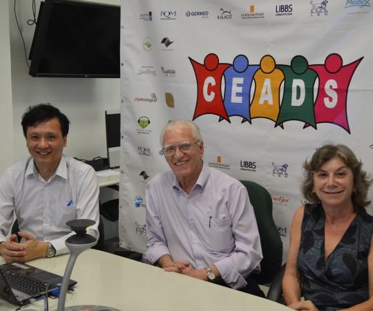 O Prof. Dr. Luiz Jorge Fagundes, Coordenador Científico do CEADS, o Prof. Dr. Chao Lung Wen, Coordenador do 51 Fórum de Debates do CEADS e a Sra. Frida Strum, representante da Farmácia de Manipulação Drogaderma, patrocinadora exclusiva do Evento.